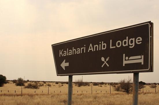 Kalahari Anib Lodge: indicazione sulla strada principale