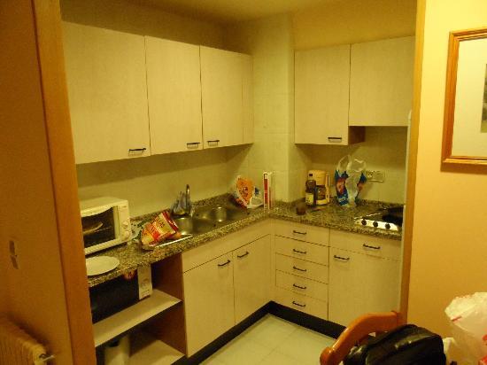 Aparthotel La Neu: Cocina con comedor y salón al lado