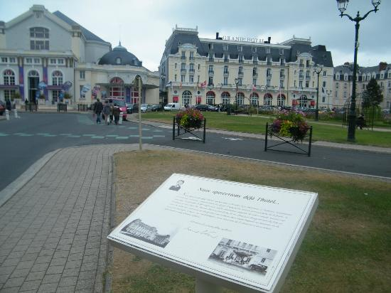 Hall picture of le grand hotel cabourg mgallery for Hotels cabourg