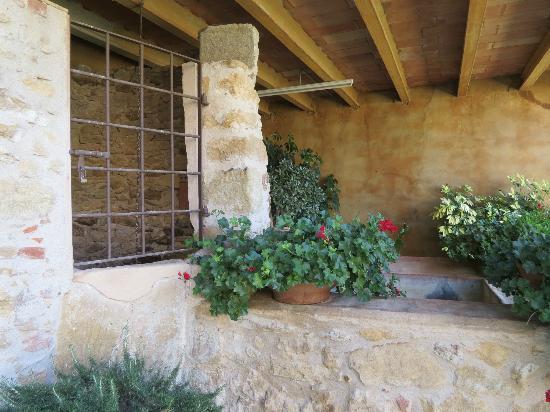 Masia Rural Can Poch: Lavadero y Pozo