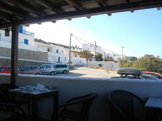 Mykonos Essence Hotel: terrazzo per la colazione e parcheggio