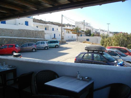 Mykonos Essence Hotel: vista del parcheggio dal terrazzo colazione e relax