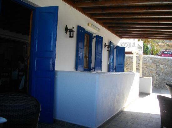 Mykonos Essence Hotel: vista dell'ingresso dalla terrazza colazione e relax