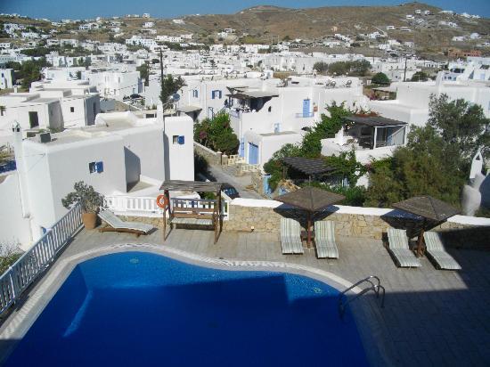 Hotel Eva: vista panoramica dal terrazzo sopra la piscina