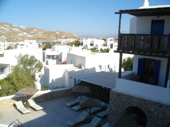 Mykonos Essence Hotel: vista piscina dal terrazzo colazione