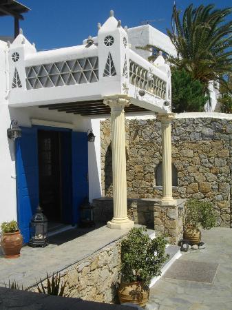 Mykonos Essence Hotel: Ingresso dell'hotel con portale dall'architettura tipica.