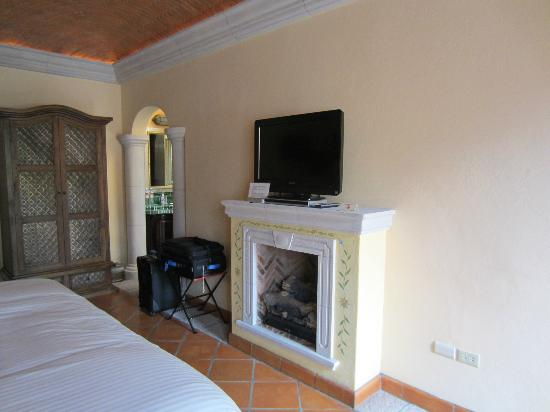 Antigua Capilla Bed and Breakfast: Fireplace & TV