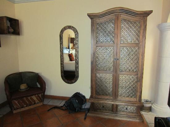 Antigua Capilla Bed and Breakfast : Armoire
