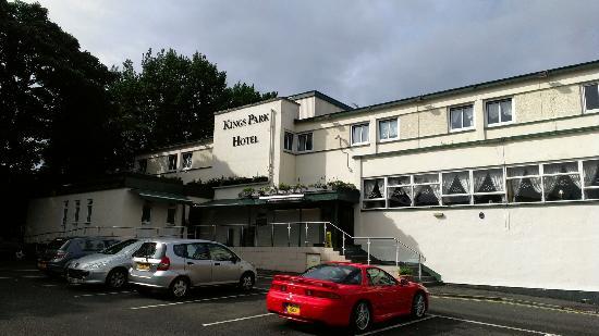 Kings Park Hotel : von aussen links sieht man auch das Flachdach wo unser Zimmer drüber war