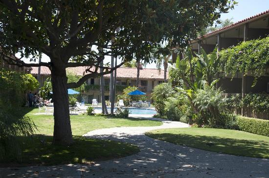 BEST WESTERN PLUS Pepper Tree Inn: Hotel Gardens leading to Pool area
