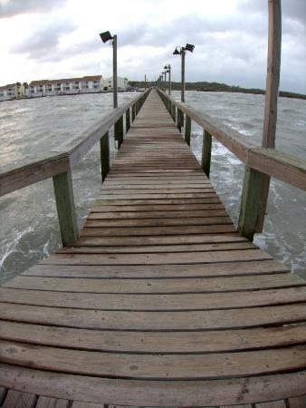 Kontiki Beach Resort: pier looking in