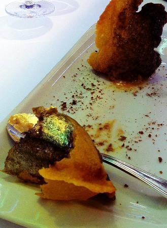 Arzak: Chips de pdt soufflées farcies au confit d'oignon et foie gras