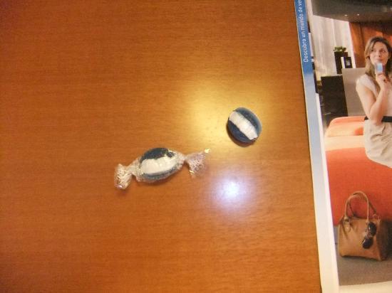 Tryp Leon Hotel: Detalle de los caramelos (uno de ellos sin papel)