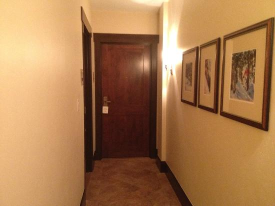 The Lodge at Vail, A RockResort: Narrow hallway to Room 390