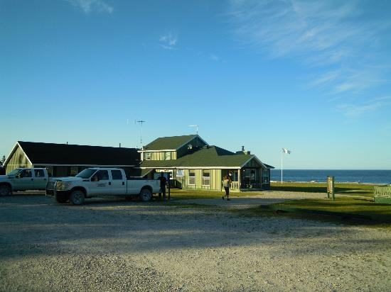 Anticosti Island: Auberge MacDonald Lodge - the dining hall looks over Jacques Cartier Strait