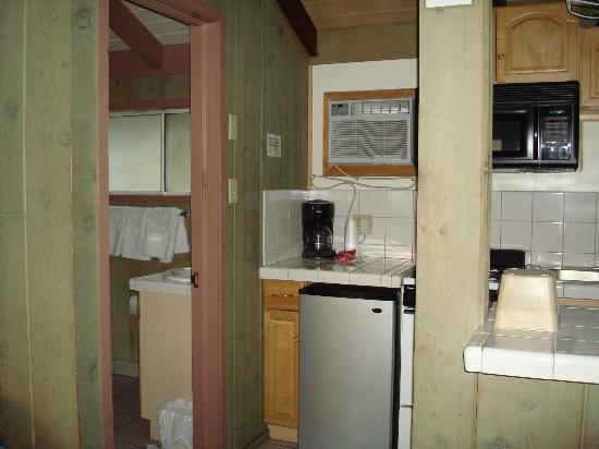 Bristlecone Manor Motel: Kitchen and bathroom Room 26