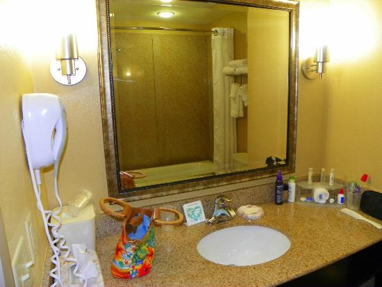 Holiday Inn Express Hotel & Suites Gulf Shores: Spacious and clean Bath