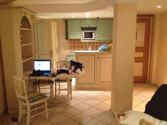 Hotel La Villa : Le séjour cuisine : très propre et belle décoration provençale