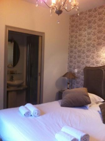 Chambre avec douche picture of hostellerie varennes for Chambre de commerce de varennes