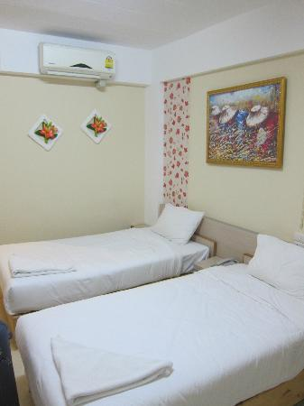 Kriss Residence: twin bedroom
