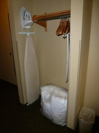Holiday Inn Express Hotel & Suites Lewisburg: Closet