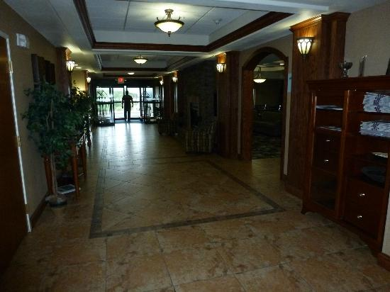 Holiday Inn Express Hotel & Suites Lewisburg: First floor hallway