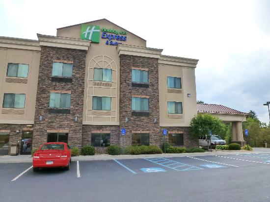 Holiday Inn Express Hotel & Suites Lewisburg: Parking area