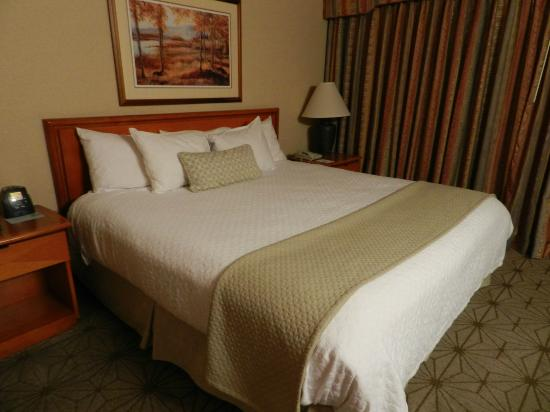 Embassy Suites by Hilton Portland Airport: Main Bedroom