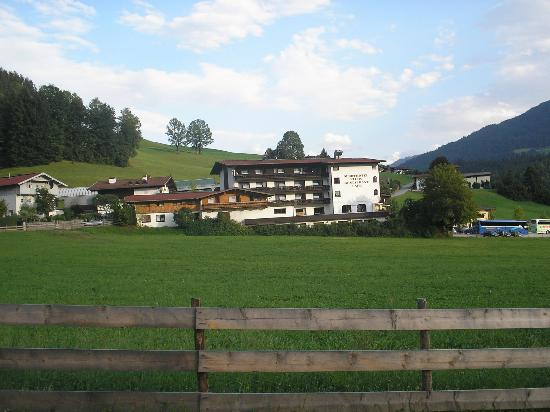 Hopfgarten im Brixental, Østrig: view of hotel from village