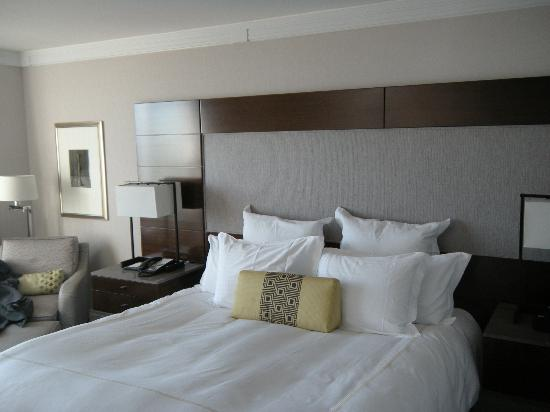 The Ritz-Carlton New York, Battery Park: Great bed, rather contemporary for Ritz.