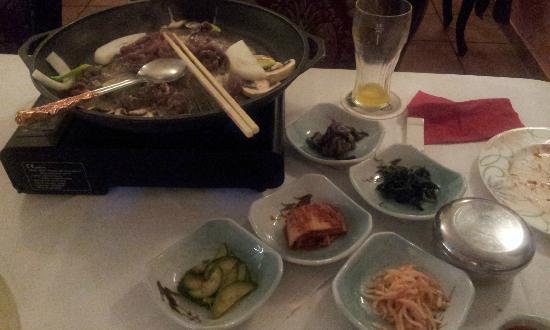 Kims Restaurant: Tischgrill auf koreanisch mit Fleisch und vielen kleinen Extras