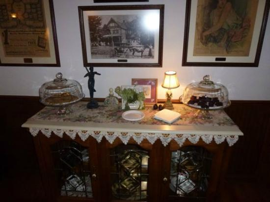 Yelton Manor Bed and Breakfast: Cookies and brownies!