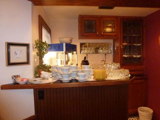 Yelton Manor Bed and Breakfast: Coffee and juice before breakfast is served at 9 AM
