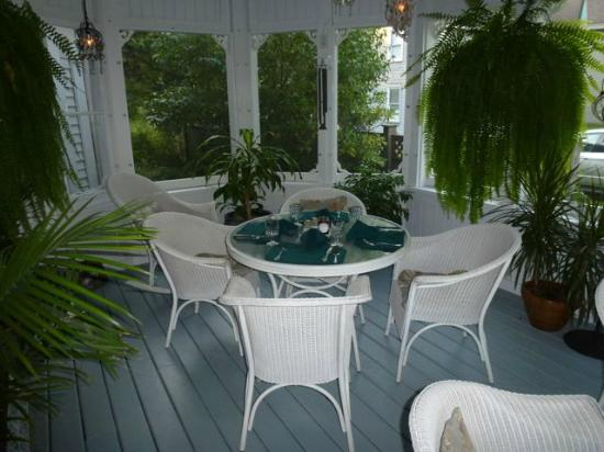 Yelton Manor Bed and Breakfast: Screened patio for breakfast