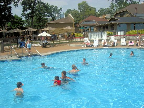 Lake Lawn Resort : The outdoor pool and adjacent restaurant