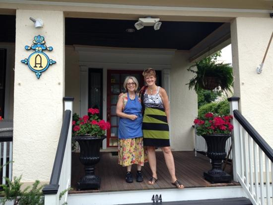 Asbury Park Inn: Betsy et Marie Josée, à l'entrée de l'Asbury Ocean Beach Inn