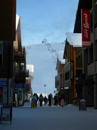Levi Hotel Spa: View from shops up to slopes