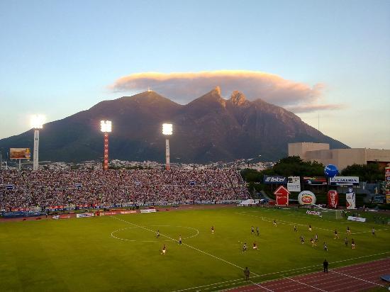 Instituto Tecnológico de Estudios Superiores de Monterrey (ITESM): Cerro de la Silla desde el Estadio Tecnológico