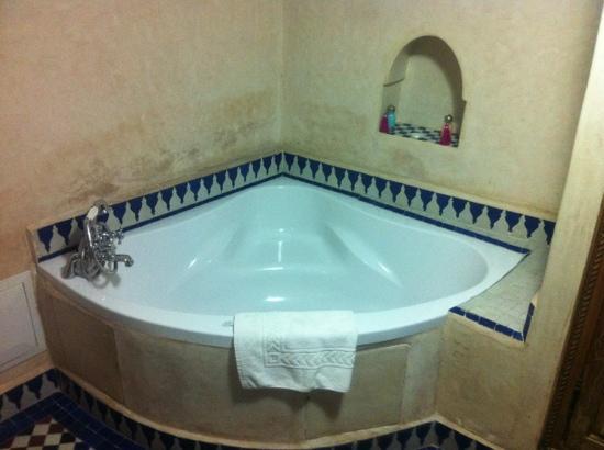 Dar Alhambra: bathtub