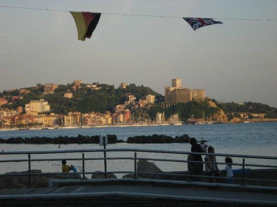 C'era Una Volta: Panorama dal ristorante - Castello di Lerici sullo sfondo