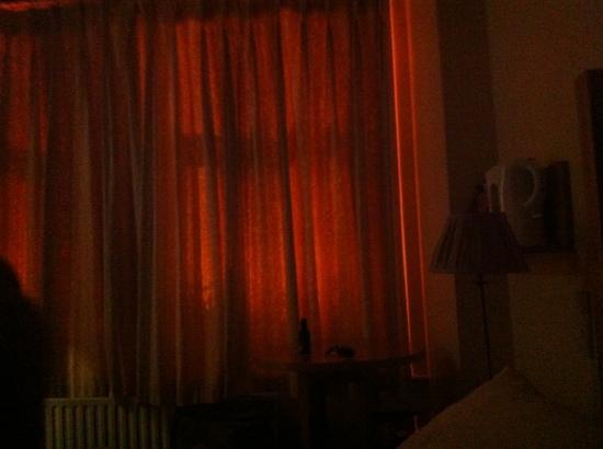 Killarney Guest House: notte illuminata.