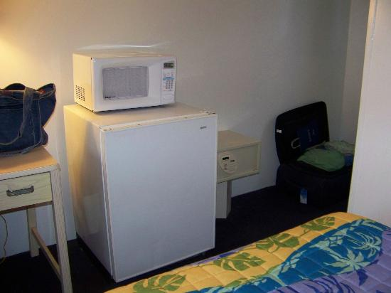Thunderbird Beach Motel: The microwave, fridge and safe in our room