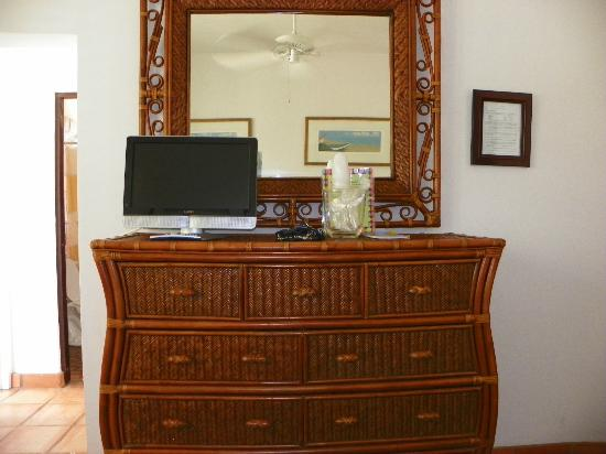 Acacia Boutique Hotel: Small TV with very few English channels