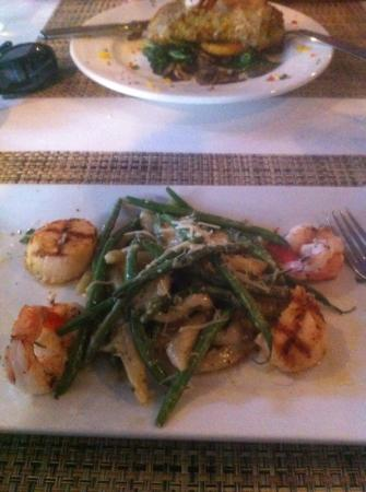 BarZin Bistro & Wine Bar: Long pasta, with green beans and Gouda chees sauce with shrimp and scallops