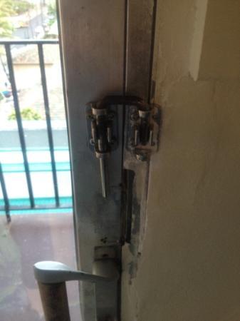 Hokele Suites Waikiki: this what they consider locks
