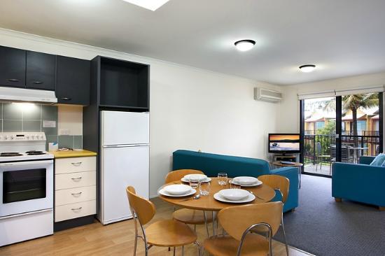 Noosa Lakes Resort: 1 Bedroom Kitchen/Lounge room