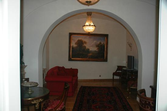St. George Residence in the Buda Castle: Plenty of room in separate living room with desk