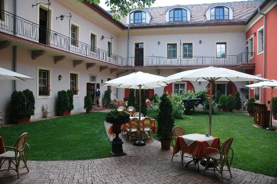 St. George Residence in the Buda Castle: Lovely courtyard