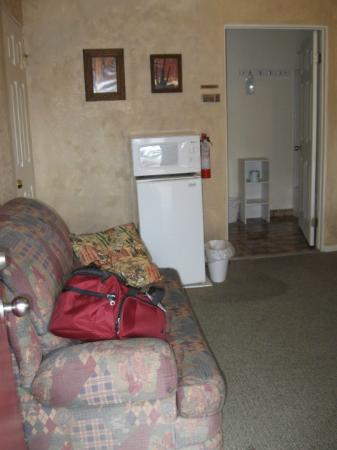 Canyon Motel & RV Park: couch, fridge, microwave