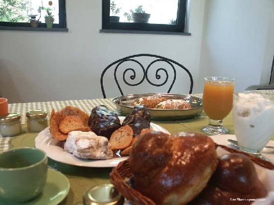 Villa La Ginestra dell'Etna Bed and Breakfast: Colazione siciliana